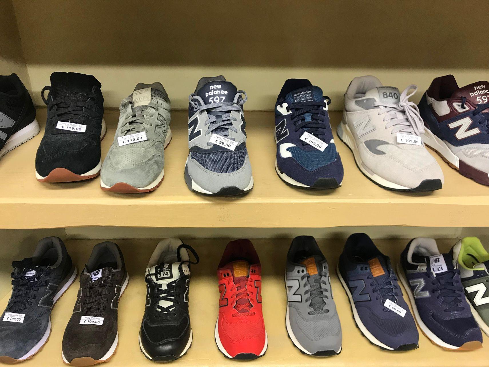 Sneakers uomo New Balance nelle vetrine di Neapolis Uomo - Aosta